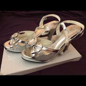 Shoes - Silver formal/ prom shoes!